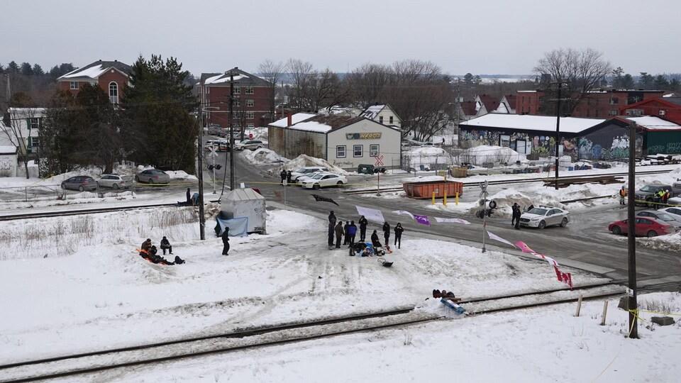 La voie ferrée de Lennoxville et des manifestants.