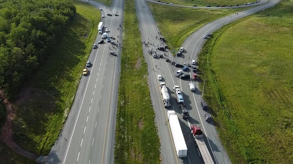 Des camions et des automobiles bloquent l'autoroute Transcanadienne près d'Amherst en Nouvelle-Écosse depuis mardi soir.