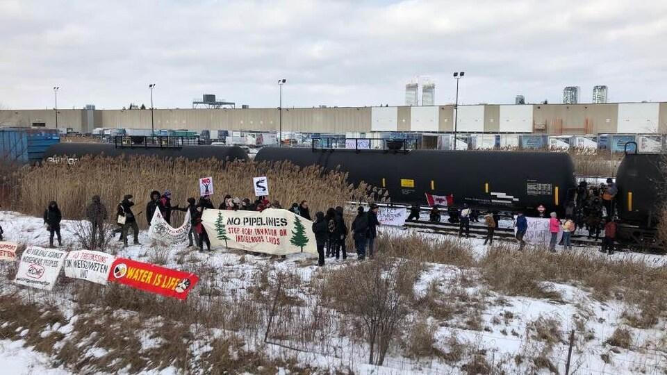 Des manifestants à la gare de triage MacMillan du CN.
