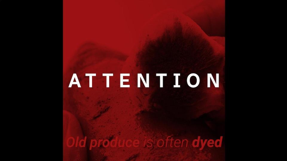 Une femme frotte la patate douce avec une boule de coton trempée dans de l'huile. On voit un résidu sur le coton.
