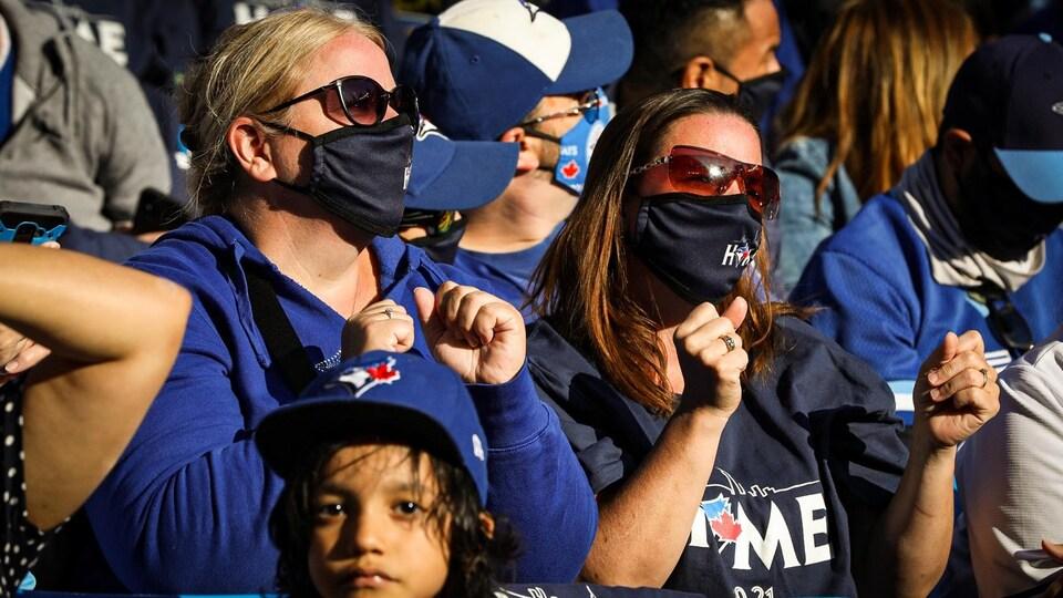 Des partisans encouragent les Blue Jays lors d'un match.
