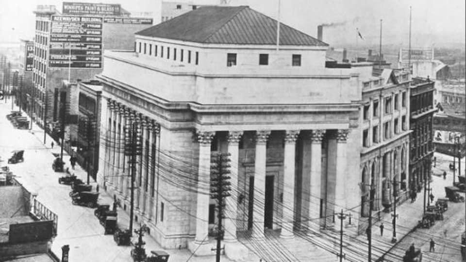 Photo d'époque en noir et blanc d'un édifice avec des colonnes.