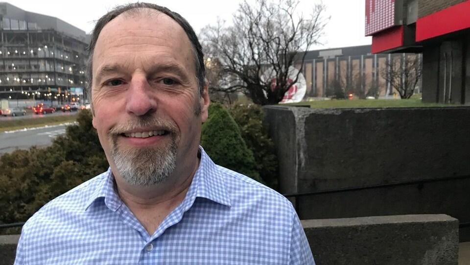 Bob Cadigan à l'extérieur des studios de Radio-Canada.
