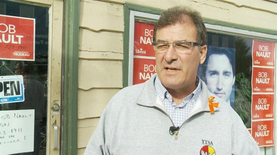 Bob Nault donne une entrevue devant son bureau de campagne.