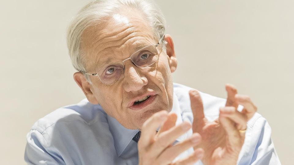Bob Woodward, un homme aux cheveux blancs qui porte des lunettes, s'adresse aux médias lors d'une table ronde.
