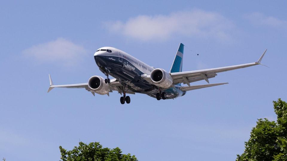 Un avion s'apprête à atterrir après une série de vols de certification.