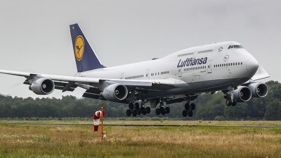 Un appareil du transporteur Lufthansa atterrit.