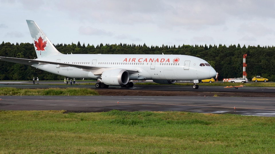 Le Boeing 787 d'Air Canada en train d'être remorqué.