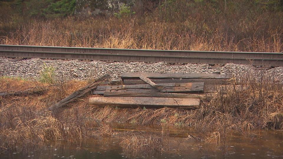Du vieux bois près d'une voie ferrée.