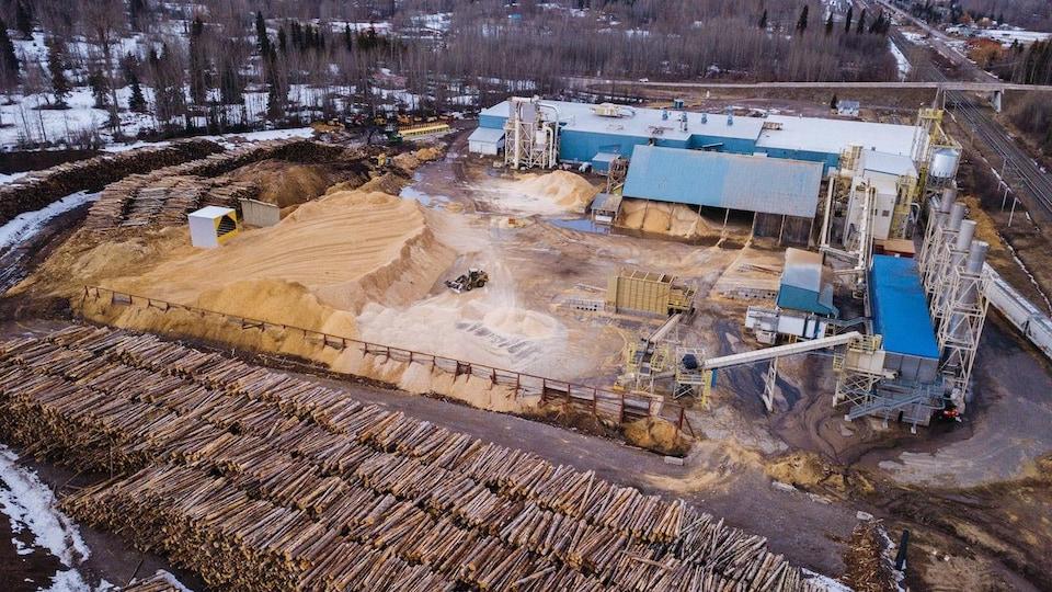 Une vue aérienne de billes amassées dans une usine de granulés de bois à Smithers, en Colombie-Britannique.