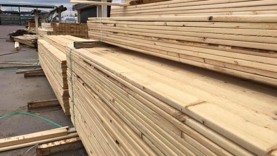 Des morceaux de bois étalés dans la cour d'un magasin .