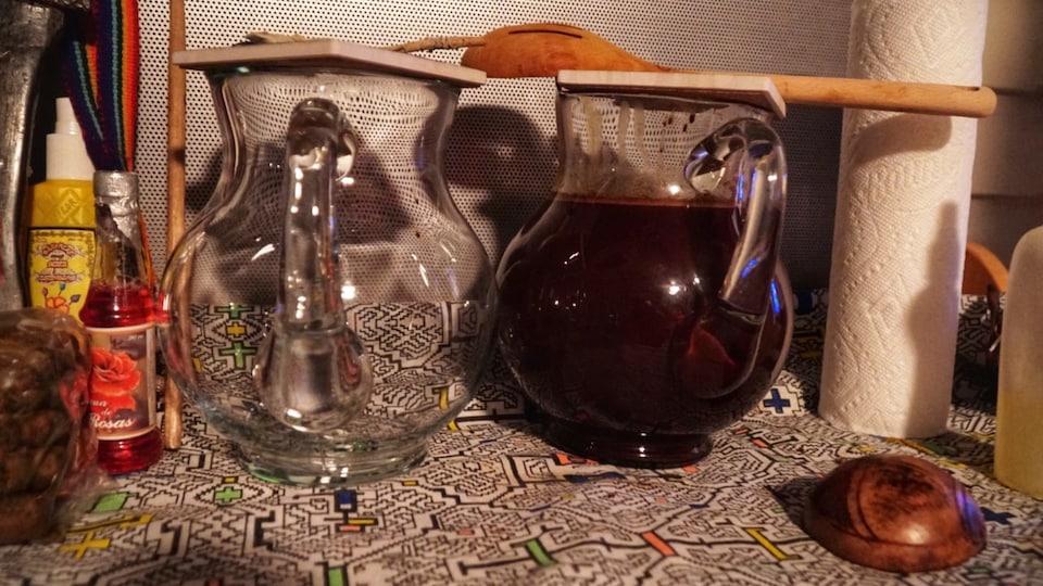 Pot avec un liquide brun