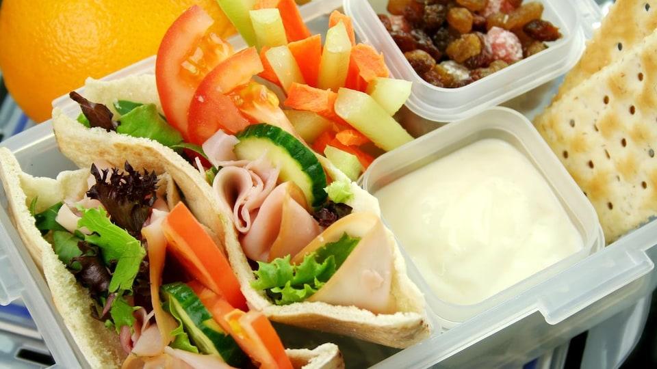 Une boîte à lunch composée d'aliments variés.