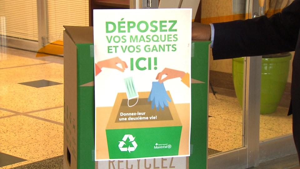 Plan rapproché d'une boîte Zéro Déchet installée devant l'hôtel de ville de l'arrondissement de Saint-Laurent.