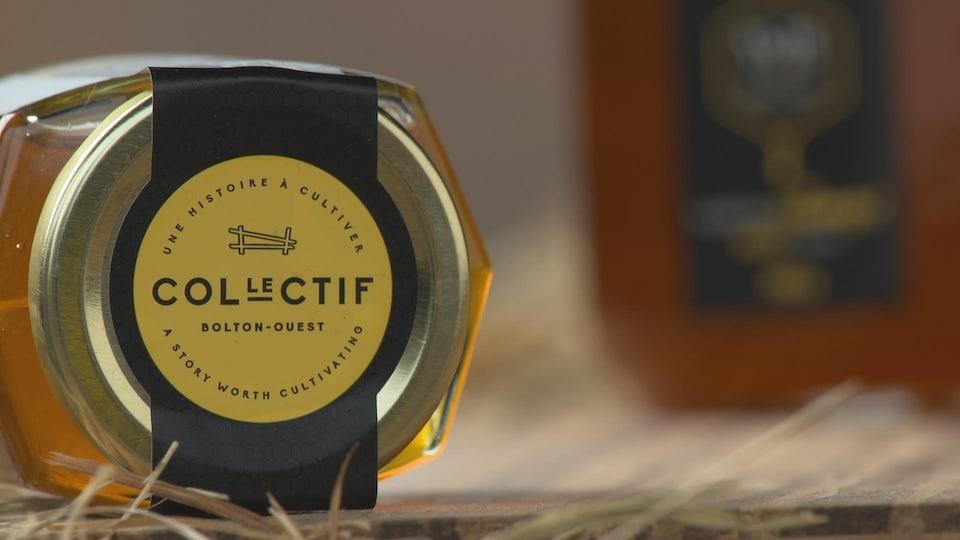 Une jaquette d'un pot de miel.