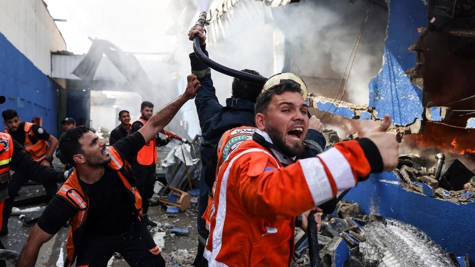 Des pompiers palestiniens éteignent un incendie dans le nord de la bande de Gaza.