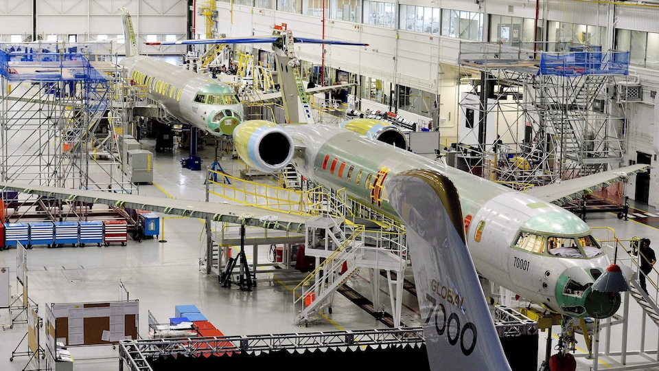 Des avions en construction dans un hangar.