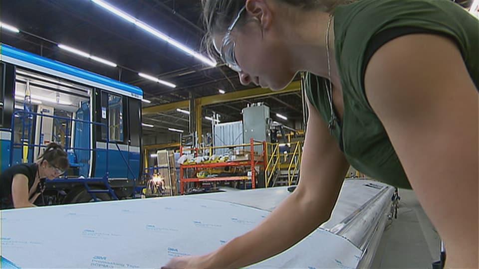 Des employés de l'usine Bombardier de La Pocatière à l'oeuvre sur des voitures AZUR.