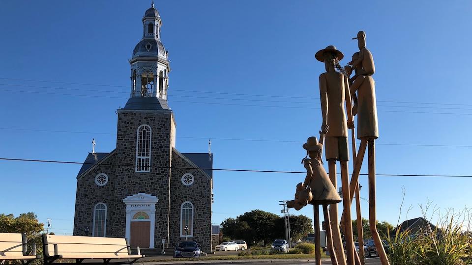 Sculpture devant église.