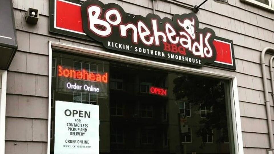 La façade du restaurant Boneheads BBQ, situé rue Barrington, au centre-ville d'Halifax.