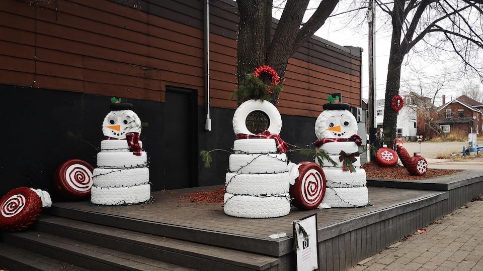 Des bonshommes de neige en forme de pneus.