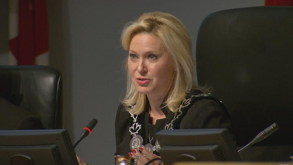 La mairesse sortante Bonnie Crombie pendant une réunion du conseil municipal.