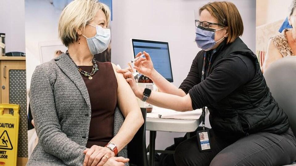 Bonnie Henry reçoit son vaccin.