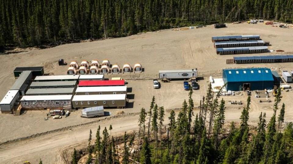 Un site de forage minier avec le logo de Bonterra ressources inc.