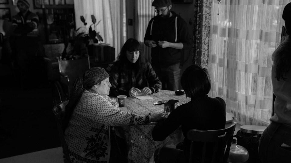 Caroline Monnet, la réalisatrice du long métrage « Bootlegger », en discussion avec deux personnages : Nora interprétée par Joséphine Bacon et Mani jouée par Devery Jacobs.