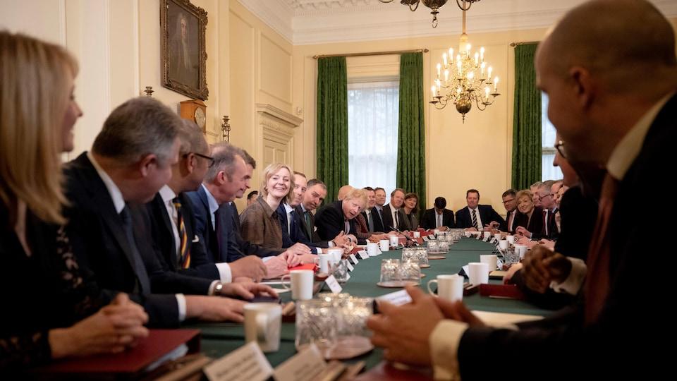 Le premier ministre Boris Johnson accueille son nouveau ministre chargé du Pays de Galles, Simon Hart, lors de sa première réunion du Cabinet depuis l'élection de la semaine dernière.
