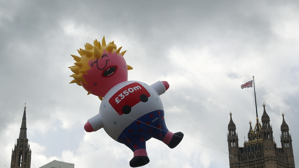 Un immense ballon gonflable à l'effigie de Boris Johnson tournant en ridicule sa célèbre tignasse blonde.