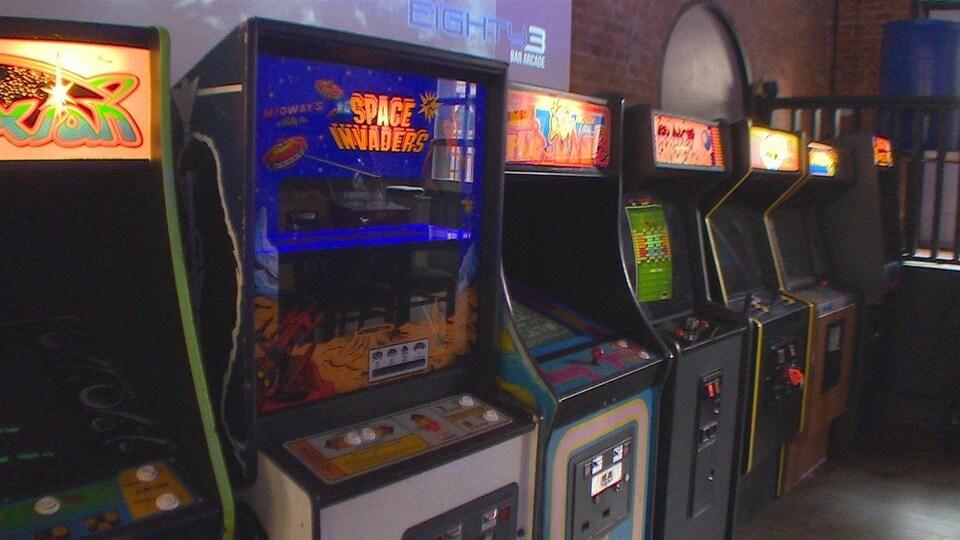 Plusieurs bornes d'arcades côte à côte.