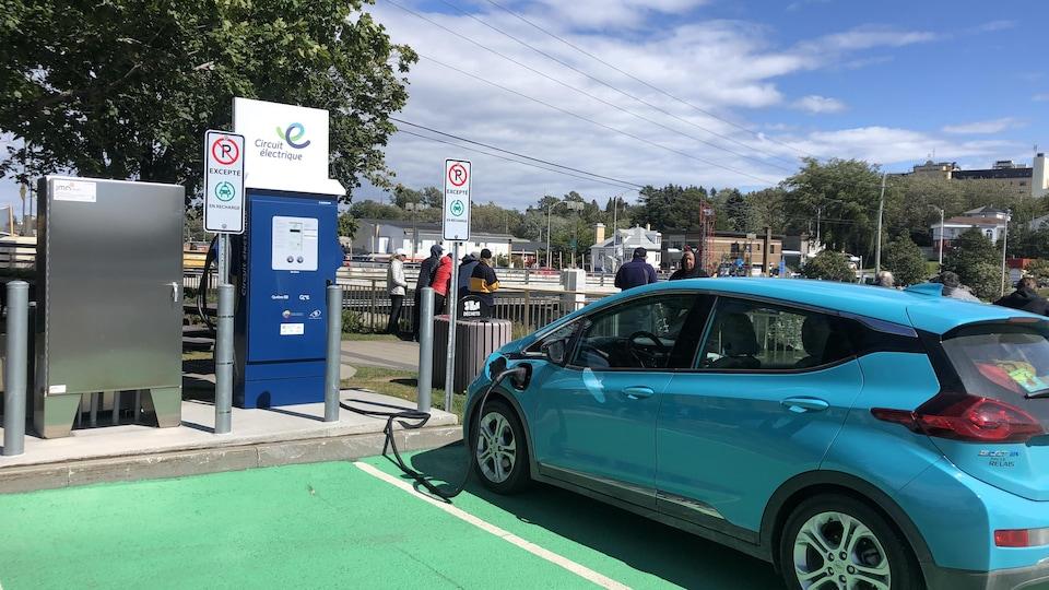 Un véhicule électrique en train d'être rechargé à la borne de recharge rapide de Matane.