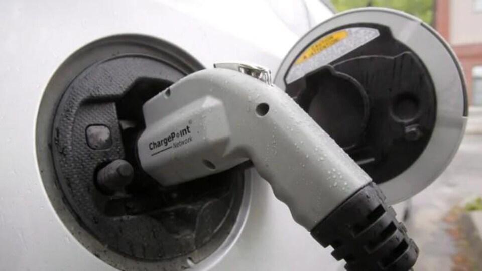 une pompe dans une borne de recharge de voiture électrique