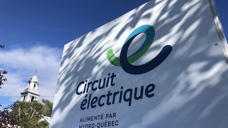 Une borne électrique rapide à Mont-Joli.