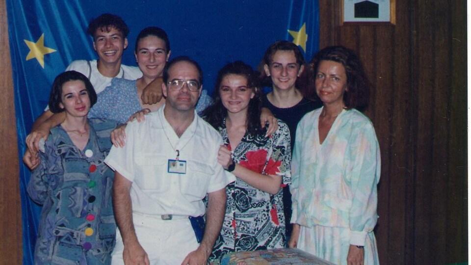 Un groupe d'interprètes et un lieutenant-colonel des Forces armées canadiennes, en Bosnie.