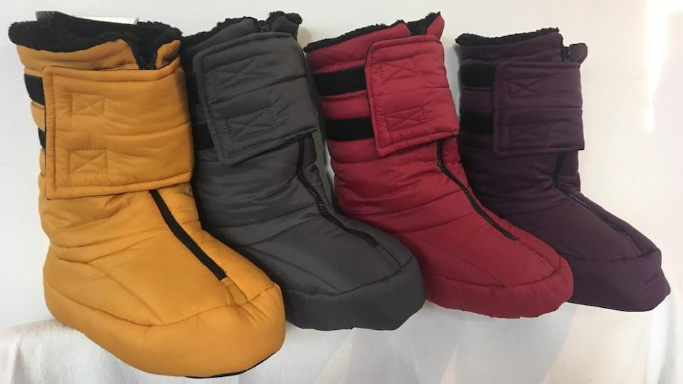 Des bottes molles de différentes couleurs sont placées côte à côte.