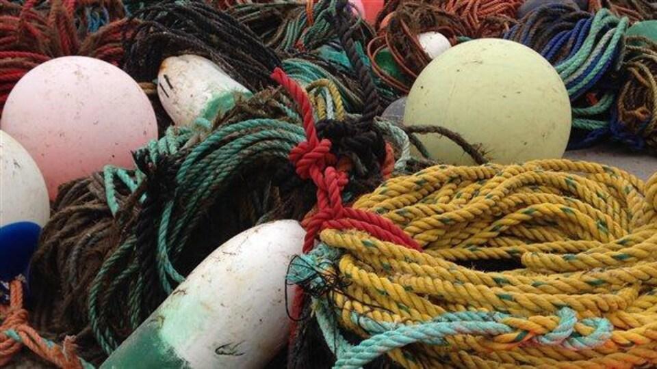 Des bouées et des cordages de pêche.