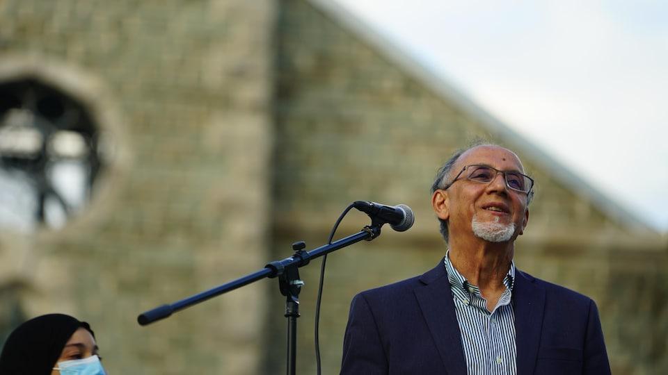 M. Benabdallah sur scène, près d'un micro.