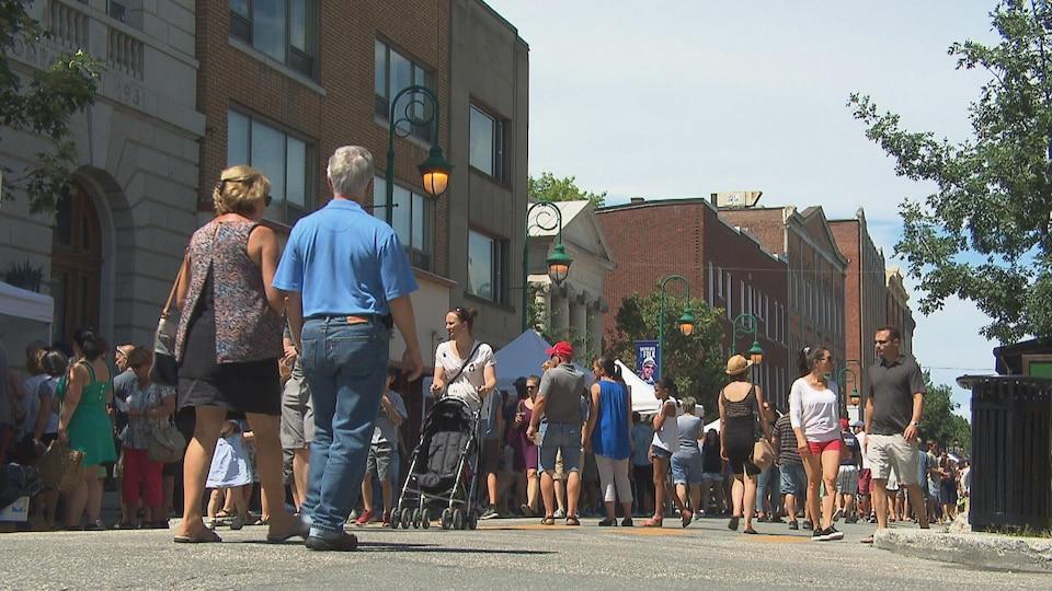 Des gens qui se promènent rue Wellington Nord à Sherbrooke.