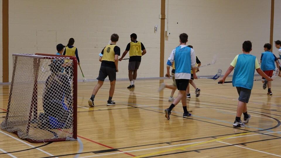 Des élèves de l'école Antoine-Bernard de Carleton-sur-Mer, jouant au hockey intérieur.