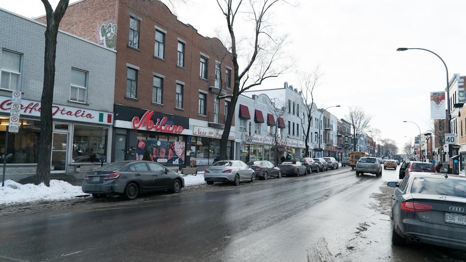 Des commerces longent le boulevard Saint-Laurent, dans la Petite-Italie, à Montréal.