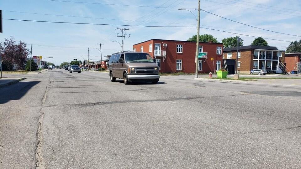 Une rue avec des voitures.