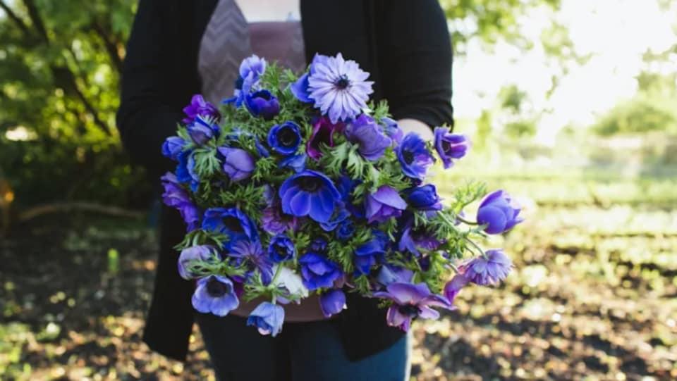 Un bouquet de fleur dans des tons de lilas et de mauve.
