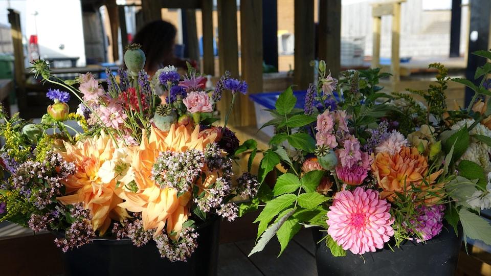 Des bouquets devant des kiosques du marché public.