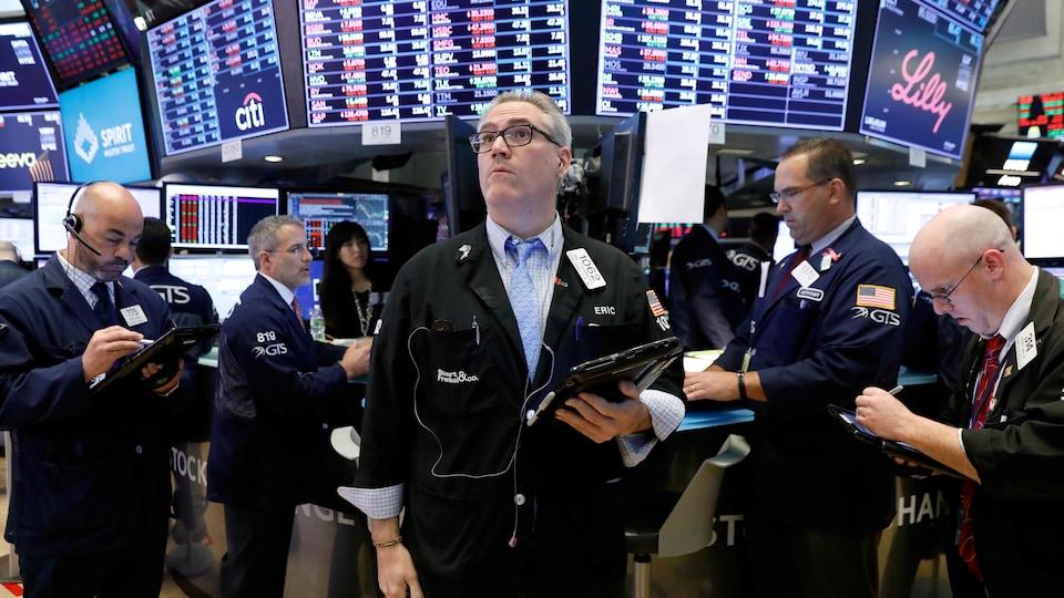 Des cambistes à la Bourse de New York suivent l'évolution des marchés.