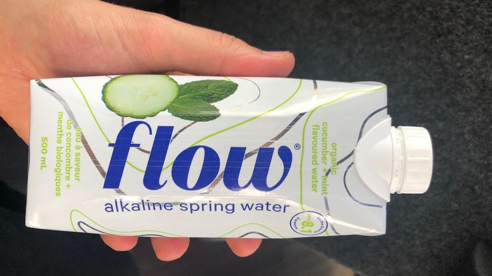 Une bouteille d'eau en carton.