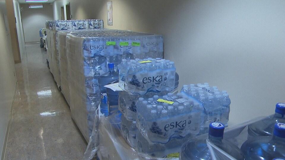 Des bouteilles d'eau dans un corridor d'hôpital.