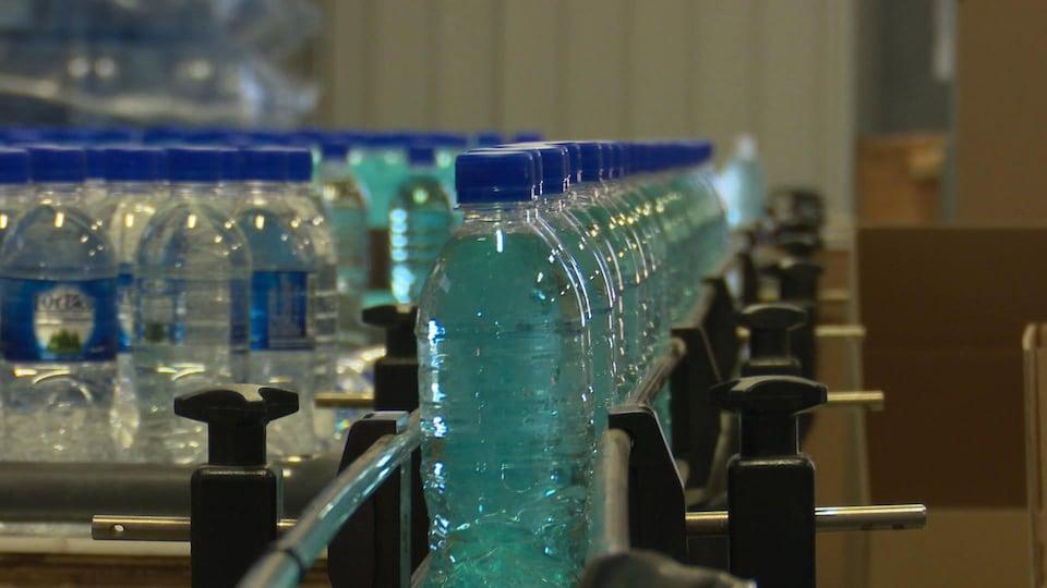 Des bouteilles d'eau sur une chaîne de montage.