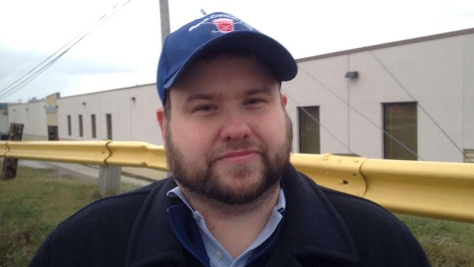 Justin Boutilier en entrevue devant l'édifice de ServiCom